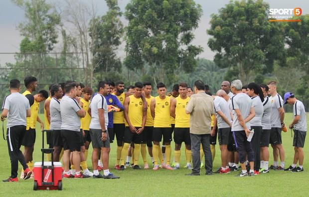Tuyển Malaysia cho thủ môn tập bài lạ với bóng… 5 kg - Ảnh 10.
