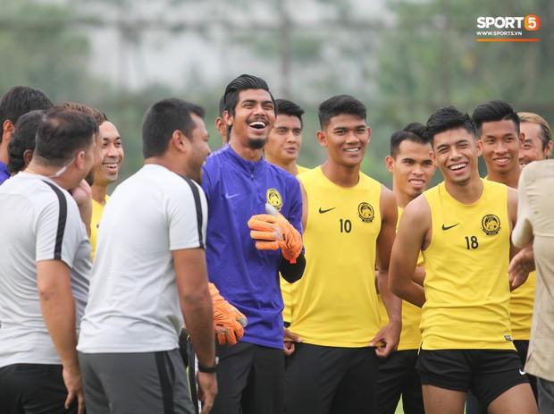 Tuyển Malaysia cho thủ môn tập bài lạ với bóng… 5 kg - Ảnh 3.