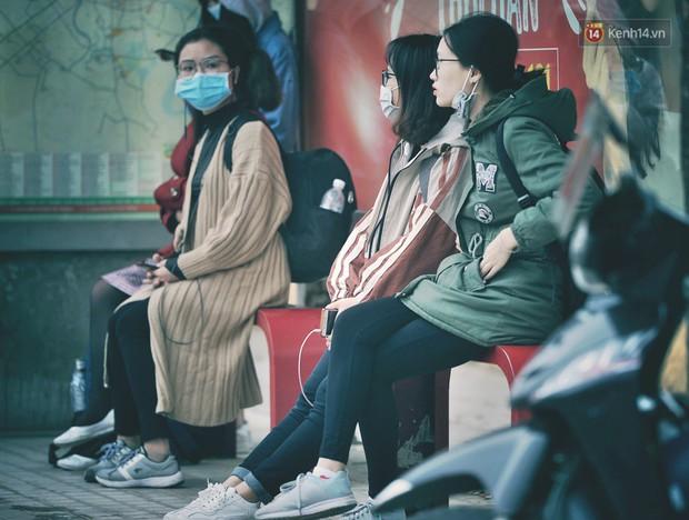 Rét quá Hà Nội ơi: Nhiệt độ còn 14 độ C, người người trùm áo ấm khăn len xuống phố - Ảnh 1.