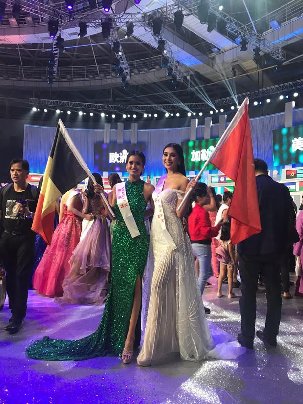 Tiểu Vy cùng mẹ cầm cờ Tổ quốc, rạng rỡ ghi lại khoảnh khắc đáng nhớ trên sân khấu chung kết Miss World 2018 - Ảnh 7.