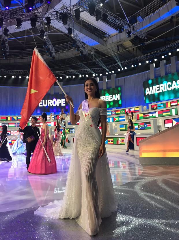 Tiểu Vy cùng mẹ cầm cờ Tổ quốc, rạng rỡ ghi lại khoảnh khắc đáng nhớ trên sân khấu chung kết Miss World 2018 - Ảnh 3.