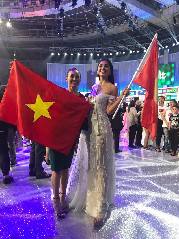 Tiểu Vy cùng mẹ cầm cờ Tổ quốc, rạng rỡ ghi lại khoảnh khắc đáng nhớ trên sân khấu chung kết Miss World 2018 - Ảnh 4.
