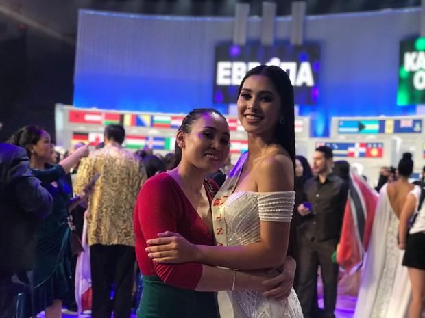 Tiểu Vy cùng mẹ cầm cờ Tổ quốc, rạng rỡ ghi lại khoảnh khắc đáng nhớ trên sân khấu chung kết Miss World 2018 - Ảnh 5.