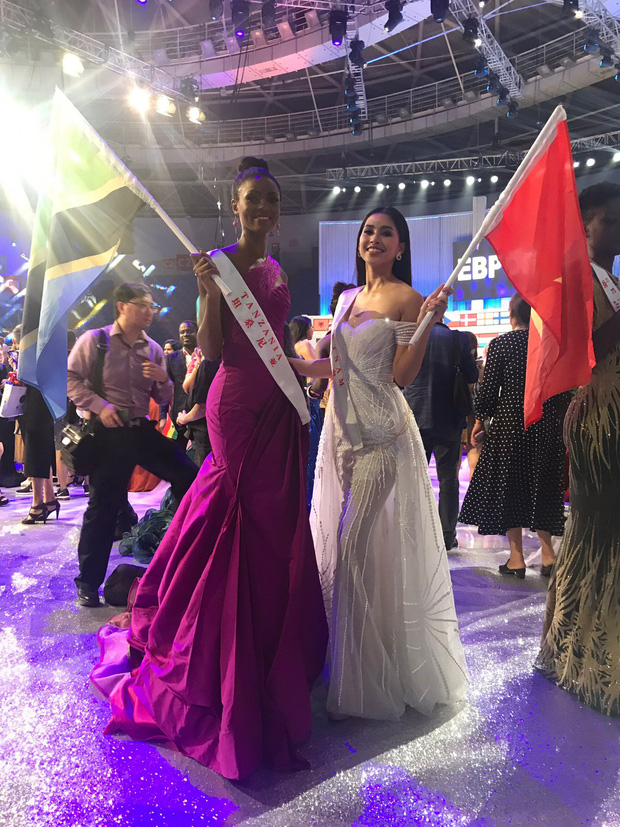 Tiểu Vy cùng mẹ cầm cờ Tổ quốc, rạng rỡ ghi lại khoảnh khắc đáng nhớ trên sân khấu chung kết Miss World 2018 - Ảnh 6.