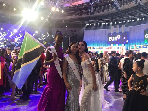 Tiểu Vy cùng mẹ cầm cờ Tổ quốc, rạng rỡ ghi lại khoảnh khắc đáng nhớ trên sân khấu chung kết Miss World 2018 - Ảnh 8.