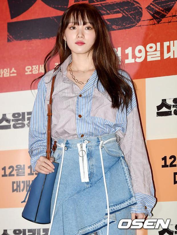 """Quả là Gigi Hadid, diện áo """"luộm thuộm"""" như Lee Sung Kyung mà trông khác biệt hoàn toàn - Ảnh 1."""