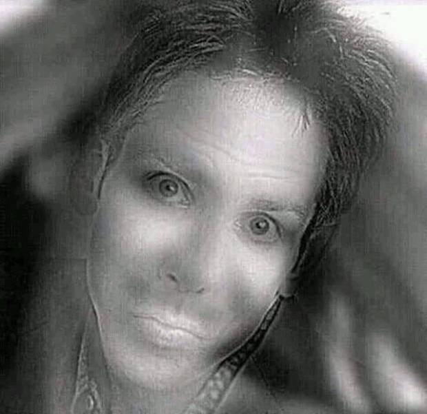 Lý giải bức ảnh kinh dị khiến cư dân mạng hoảng sợ: cô gái trong ảnh chỉ cười khi bạn nheo mắt lại - Ảnh 1.