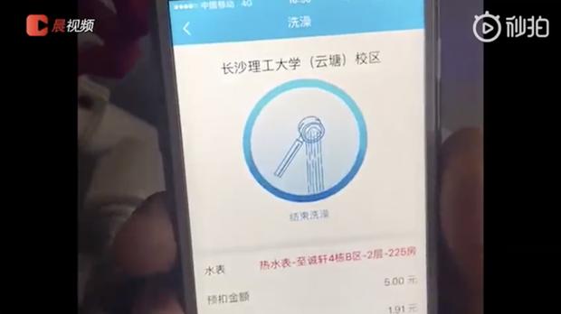 Cách tiết kiệm nước bá đạo ở Đại học Trung Quốc: Yêu cầu sinh viên quét mã QR rồi mới cho tắm - Ảnh 1.