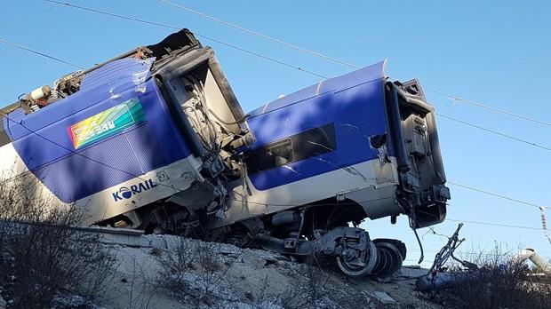 Tàu cao tốc chệch đường ray ở tốc độ 103 km/h, nhiều người bị thương - Ảnh 1.