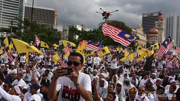 Biểu tình lớn ở trung tâm Kuala Lumpur, cảnh báo cho cổ động viên Việt Nam - Ảnh 1.