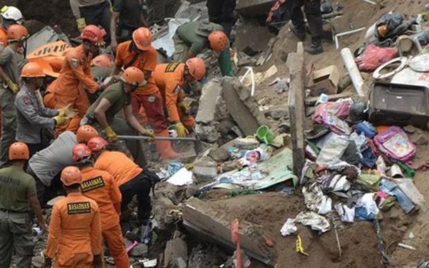 Lở đất tại đảo Bali, Indonesia: 4 thi thể vẫn bị vùi dưới đống đổ nát  - Ảnh 1.