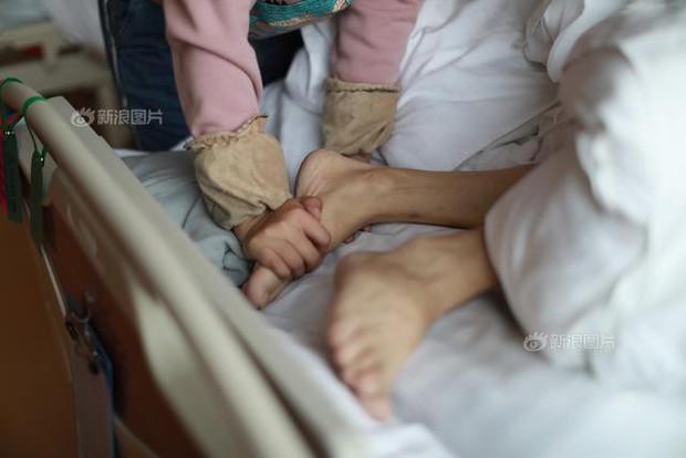Rơi nước mắt trước nhật ký bằng tranh của cô gái trẻ có cả cha lẫn mẹ đều đang phải chiến đấu với ung thư - Ảnh 4.