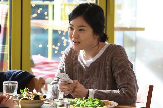 Bắt cặp với trai trẻ Park Bo Gum kém tận 12 tuổi, Song Hye Kyo vẫn trẻ đẹp ngời ngời là nhờ những bí quyết này - Ảnh 2.