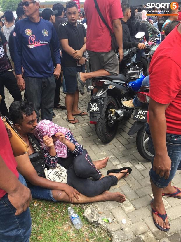 Kinh hoàng cảnh mua vé xem chung kết AFF Cup tại Malaysia: Nhiều người kiệt sức, nằm la liệt bên đường - Ảnh 7.