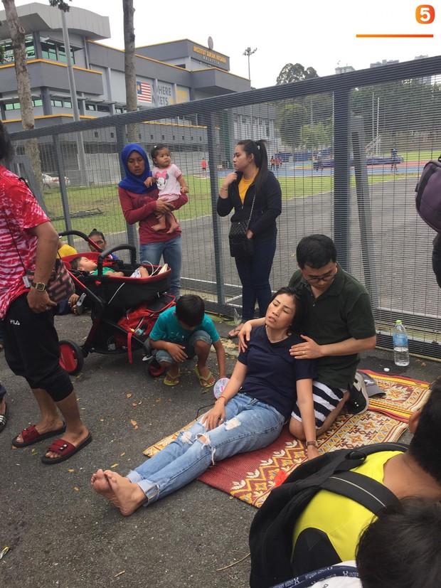 Kinh hoàng cảnh mua vé xem chung kết AFF Cup tại Malaysia: Nhiều người kiệt sức, nằm la liệt bên đường - Ảnh 3.
