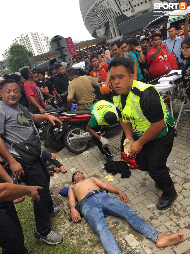 Kinh hoàng cảnh mua vé xem chung kết AFF Cup tại Malaysia: Nhiều người kiệt sức, nằm la liệt bên đường - Ảnh 2.
