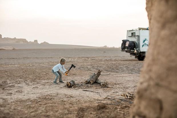 Bỏ lại cuộc sống bận rộn, gia đình 3 người lái xe tải đi khắp thế gian và cho ra những bức ảnh đẹp rụng rời - Ảnh 10.