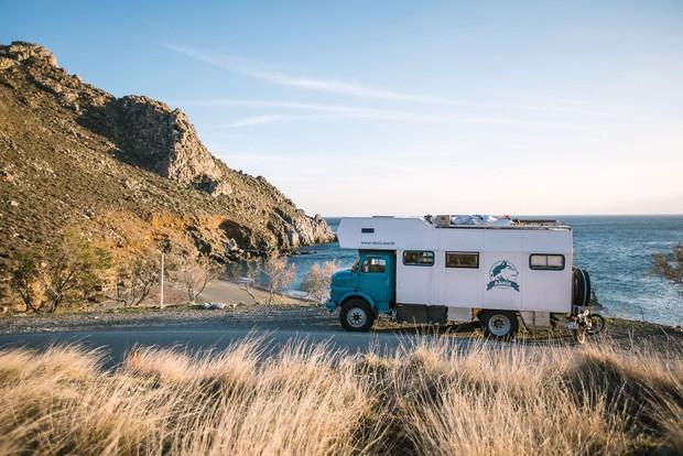 Bỏ lại cuộc sống bận rộn, gia đình 3 người lái xe tải đi khắp thế gian và cho ra những bức ảnh đẹp rụng rời - Ảnh 2.