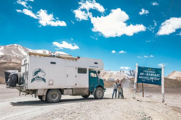 Bỏ lại cuộc sống bận rộn, gia đình 3 người lái xe tải đi khắp thế gian và cho ra những bức ảnh đẹp rụng rời - Ảnh 17.