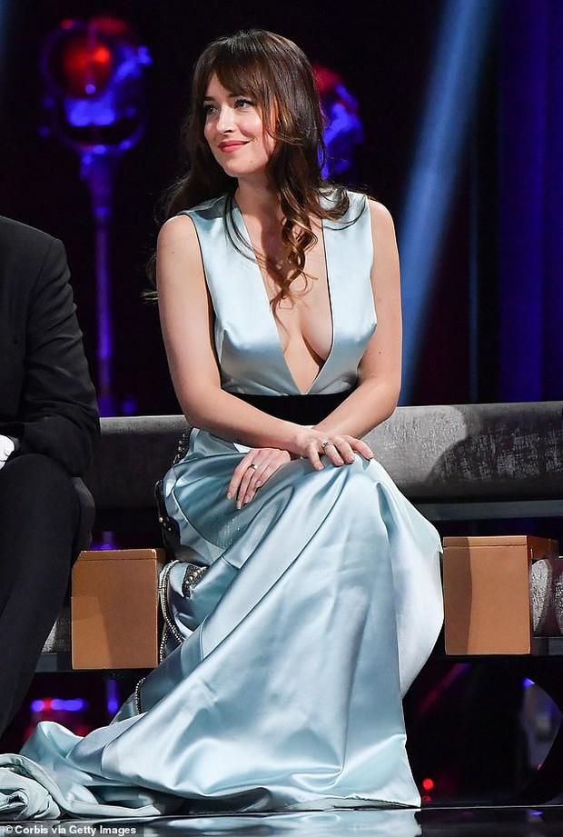 Người đẹp 50 Sắc Thái Dakota Johnson hút hết mọi ánh nhìn vì thả rông vòng 1 quá gợi cảm - Ảnh 7.