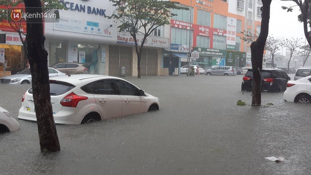 Sinh viên mếu máo nhìn nhà trọ chìm trong biển nước sau trận ngập nghiêm trọng chưa từng có tại Đà Nẵng - Ảnh 1.