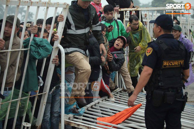 Kinh hoàng cảnh mua vé xem chung kết AFF Cup tại Malaysia: Nhiều người kiệt sức, nằm la liệt bên đường - Ảnh 8.