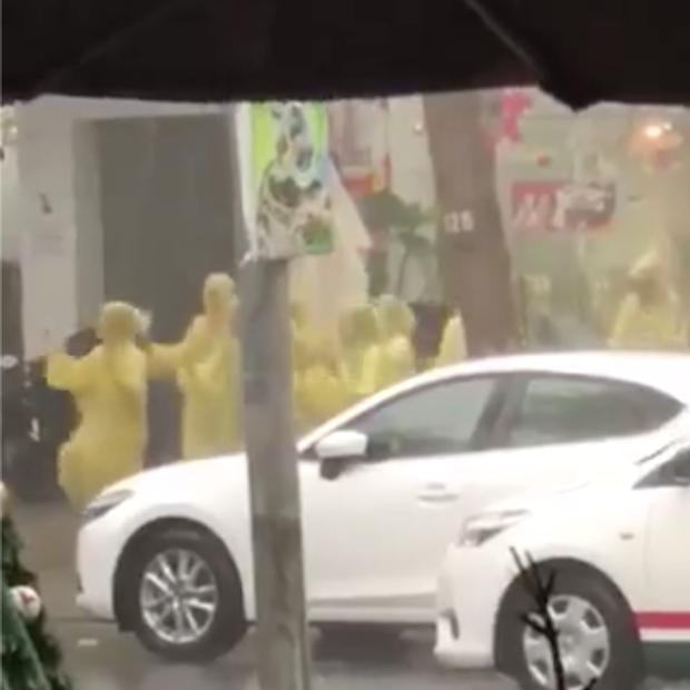 Góc lạc quan: Bất chấp ngập lụt lịch sử, nhóm bạn trẻ Đà Nẵng mặc áo mưa quẩy tưng bừng giữa phố - Ảnh 2.