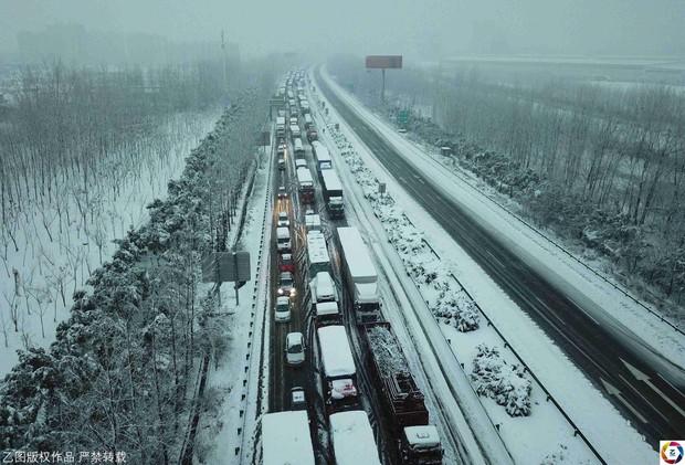 Mưa tuyết, giá lạnh tràn xuống Trung Quốc: Sinh viên cầm ô, xếp hàng lên lớp - Ảnh 10.