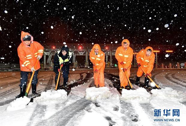 Cảnh tượng lạnh đầy khắc nghiệt tại Trung Quốc: Chị em phụ nữ quấn chăn, bịt kín lái xe máy đi làm - Ảnh 18.