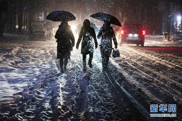 Cảnh tượng lạnh đầy khắc nghiệt tại Trung Quốc: Chị em phụ nữ quấn chăn, bịt kín lái xe máy đi làm - Ảnh 23.