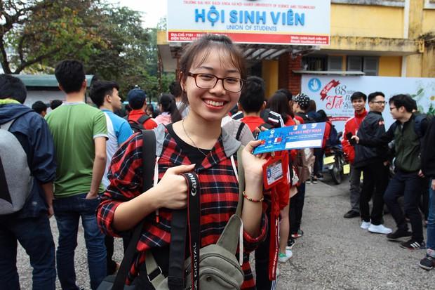 Nhiều bạn trẻ xếp hàng nhận áo và vé xem trận bán kết giữa U23 Việt Nam và U23 Qatar tại ĐH Bách Khoa - Ảnh 6.