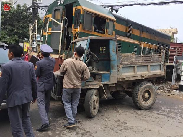Hà Nội: Công nông tự chế đối đầu tàu hỏa, tài xế thoát thân như trong phim - Ảnh 1.