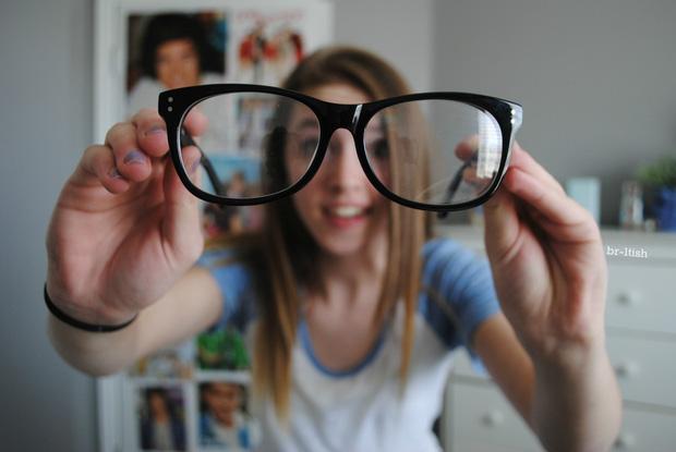 Sai lầm khi đeo kính cận mà hội cận thị cần sửa ngay để không gây tổn hại cho mắt - Ảnh 2.