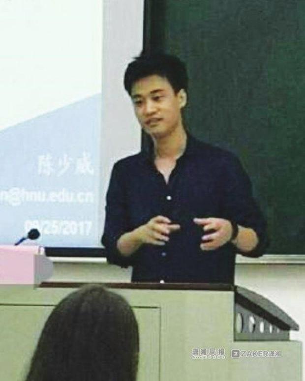Chỉ sau 1 bức ảnh trông thi, thầy giáo trẻ bỗng nổi như cồn với biệt danh Hà Dĩ Thâm phiên bản đời thực - Ảnh 3.