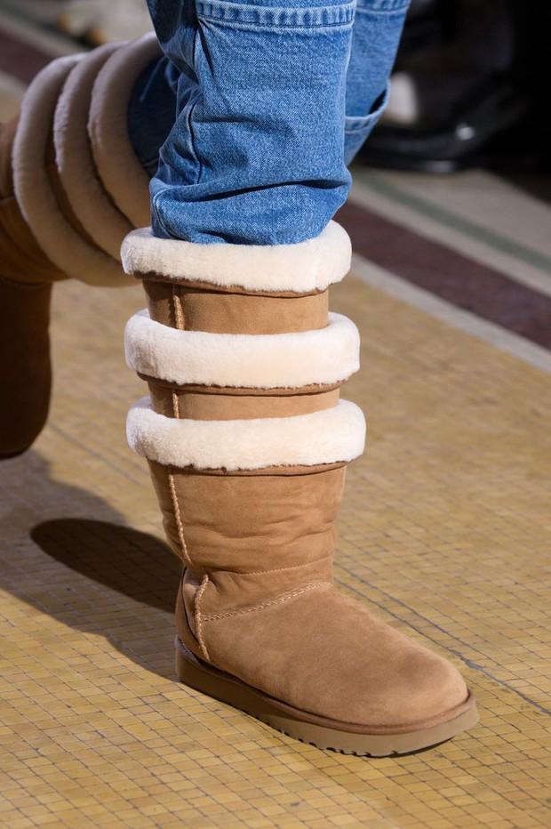 Hỏi nhanh: Bạn có muốn đi đôi boot béo cao ngang đùi đồ sộ và trễ nải này không? - Ảnh 4.