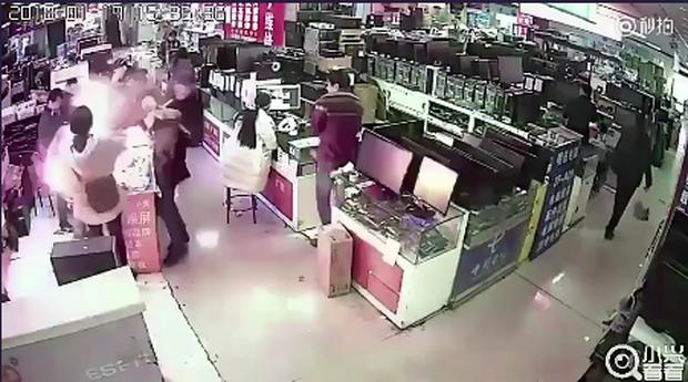 Video thanh niên Trung Quốc dại dột cắn smartphone khiến máy phát nổ sáng rực cửa hàng - Ảnh 3.