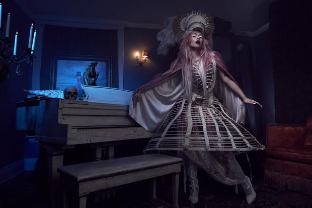 Next Top Mỹ: Vừa dừng chân, cô gái tóc hồng tố cáo bị dọa đánh, nhà sản xuất làm ngơ để tạo drama - Ảnh 2.