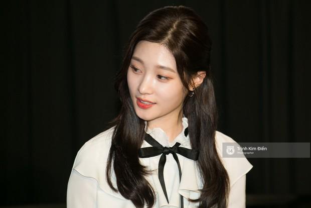 """Chi Pu tự tin đọ sắc """"nữ thần thế hệ mới"""" Chae Yeon, lạnh lùng với """"người yêu tin đồn"""" ngay buổi ra mắt phim - Ảnh 6."""