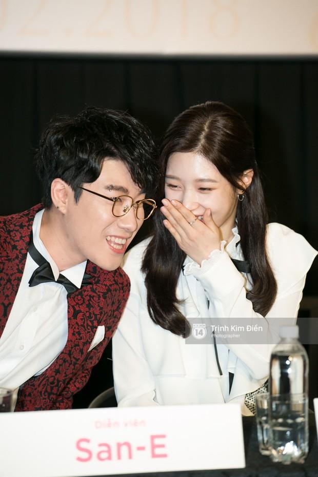 """Chi Pu tự tin đọ sắc """"nữ thần thế hệ mới"""" Chae Yeon, lạnh lùng với """"người yêu tin đồn"""" ngay buổi ra mắt phim - Ảnh 8."""