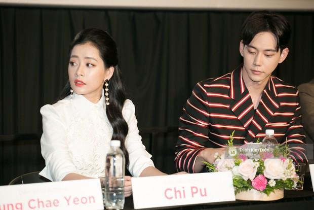 """Chi Pu tự tin đọ sắc """"nữ thần thế hệ mới"""" Chae Yeon, lạnh lùng với """"người yêu tin đồn"""" ngay buổi ra mắt phim - Ảnh 2."""