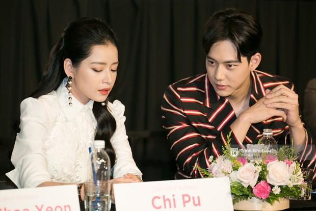 """Chi Pu tự tin đọ sắc """"nữ thần thế hệ mới"""" Chae Yeon, lạnh lùng với """"người yêu tin đồn"""" ngay buổi ra mắt phim - Ảnh 3."""