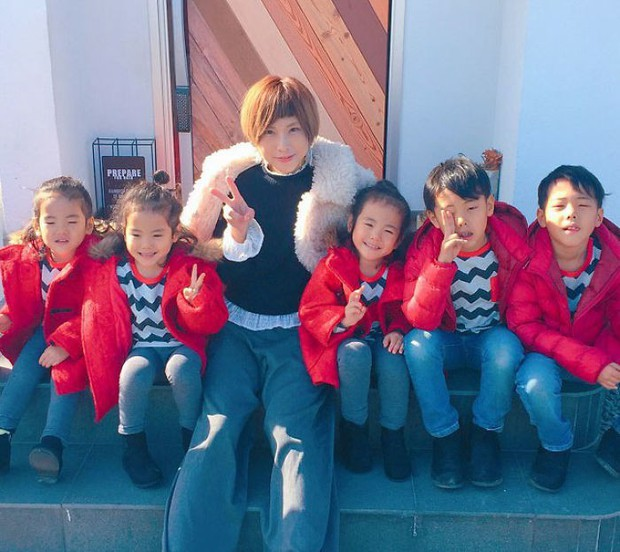 Nhà có 5 thiên thần sinh đôi và sinh ba, bà mẹ Nhật đã cho ra đời bộ ảnh đáng yêu như thế đấy - Ảnh 13.