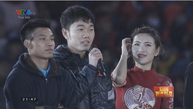 Flycam cận cảnh xe buýt diễu hành của U23 Việt Nam, nhìn các cầu thủ chuyền nhau miếng pizza của fan để ăn mà thương! - Ảnh 3.