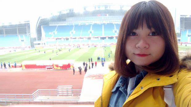 """Đã tìm ra nữ CĐV cuồng nhiệt nhất của U23 Việt Nam khi liên tục gào tên Hồng Duy Pinky: """"Em ơi, bán son cho chị! - Ảnh 2."""