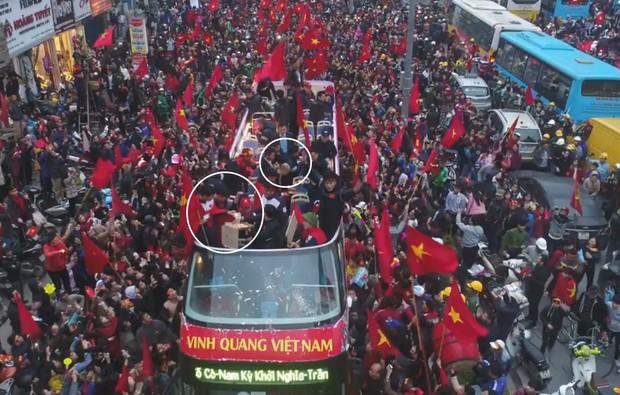 Flycam cận cảnh xe buýt diễu hành của U23 Việt Nam, nhìn các cầu thủ chuyền nhau miếng pizza của fan để ăn mà thương! - Ảnh 2.