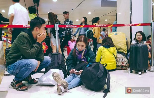 Hành khách phát khóc vì đi máy bay Tết còn khổ hơn xe đò: dăm lần bảy lượt delay, vạ vật cả ngày đợi chờ mòn mỏi - Ảnh 10.