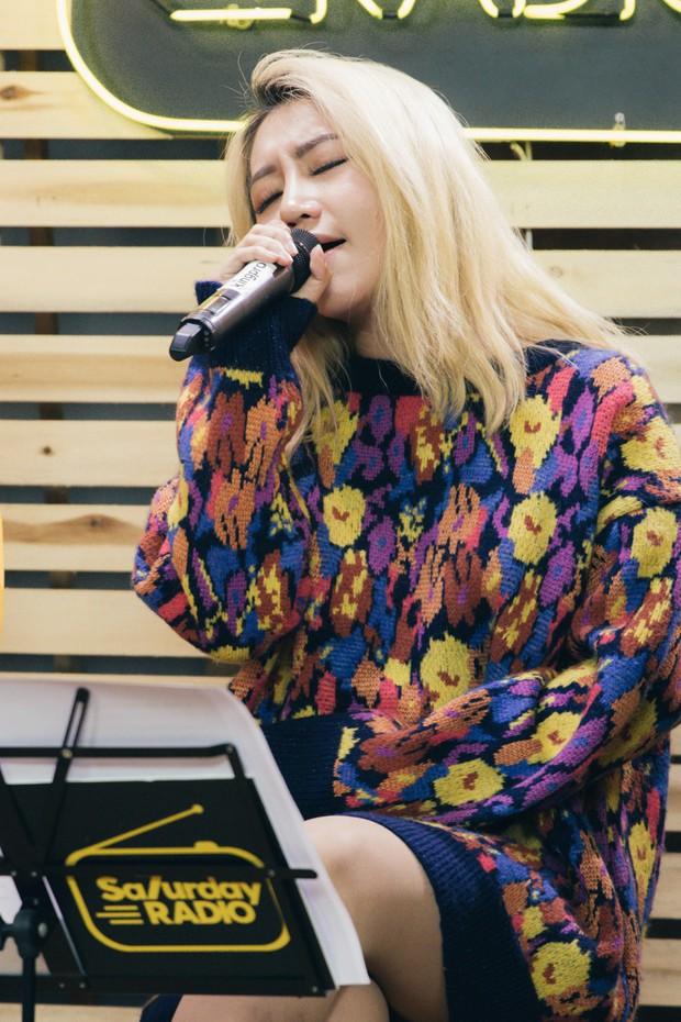 Clip: Orange lần đầu hát Người Lạ Ơi phiên bản solo acoustic, cover liên khúc Xuân ăn ý cùng MiA và S.T (365) - Ảnh 6.