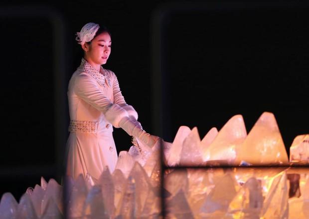 Nữ hoàng trượt băng Kim Yuna thắp đuốc khai mạc Olympics mùa Đông 2018 - Ảnh 2.