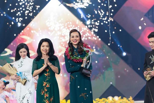 Hoa hậu Kiều Ngân xuất sắc giành ngôi Én Vàng 2017 - Ảnh 1.