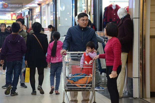 Chùm ảnh: Những ngày cận tết, người dân Hà Nội chen chân trong siêu thị để mua sắm - Ảnh 3.